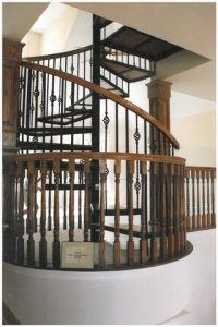 113 Indoor Spiral Stairs Continuous Large Body Handrail Oak Treads
